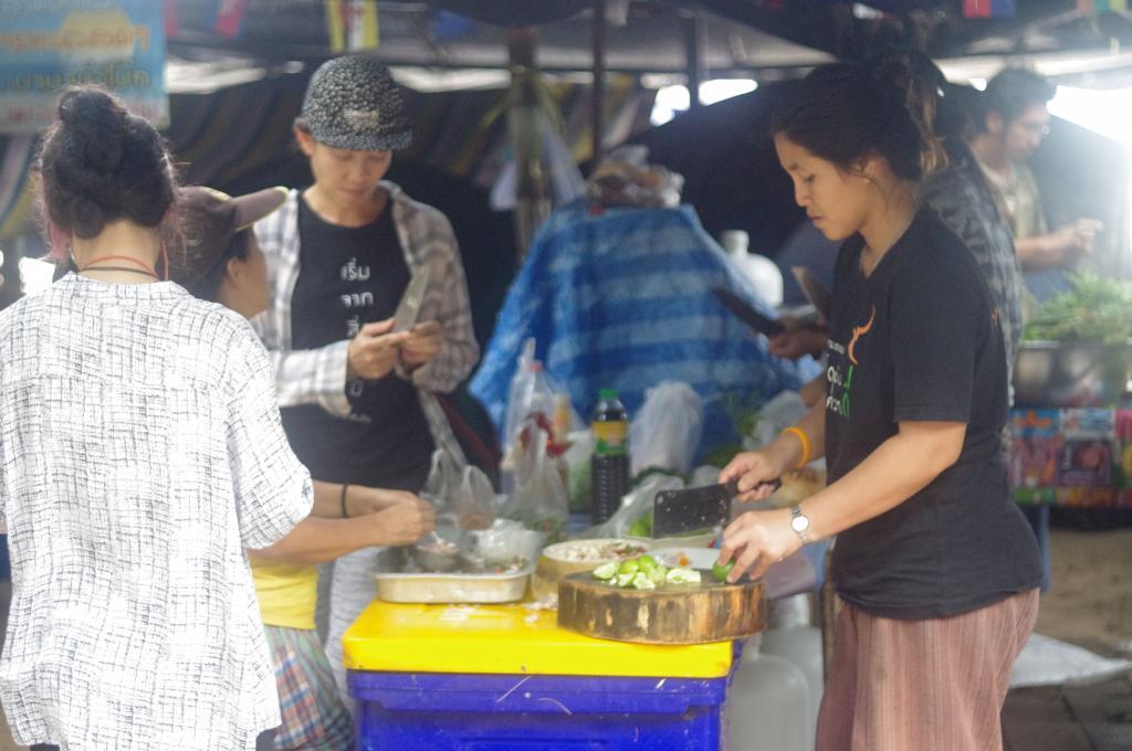 ทีมแม่ครัวคนกล้าฯ จัดเตรียมอาหารรอรับเพื่อนๆ